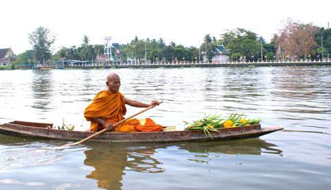 thailande-moine-bateau